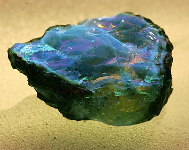 LUYOR-3130紫外线手电筒照射下的琥珀